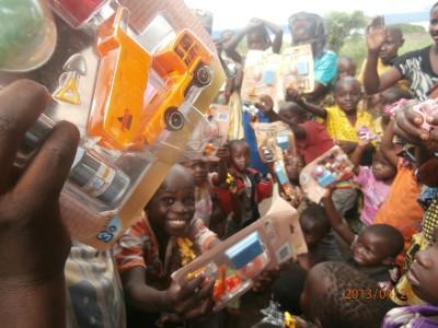 Congo_children_receives_new_toys