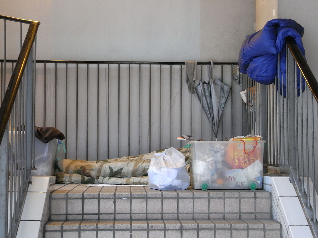 1024px-HK_Central_Market_中環街市_Des_Voeux_Road_someone_sleeping_there_stairs_Feb-2010